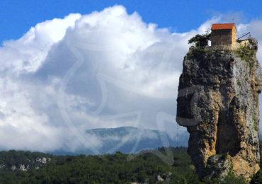 Кацхийский Столп — крупный известняковый монолит, высотой в 40 метров над землёй у реки Катскхура