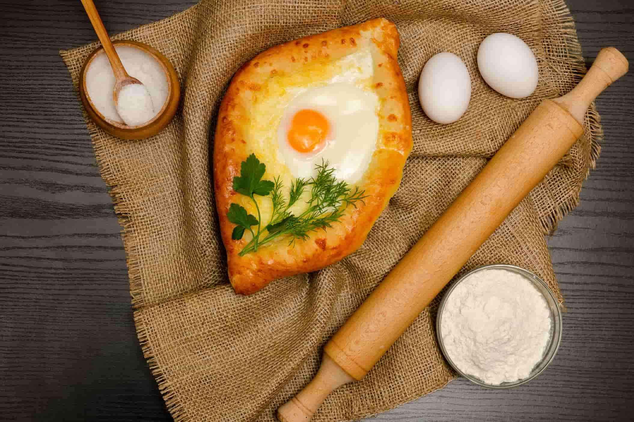 хачапури по-аджарски, грузинская еда, национальная кухня
